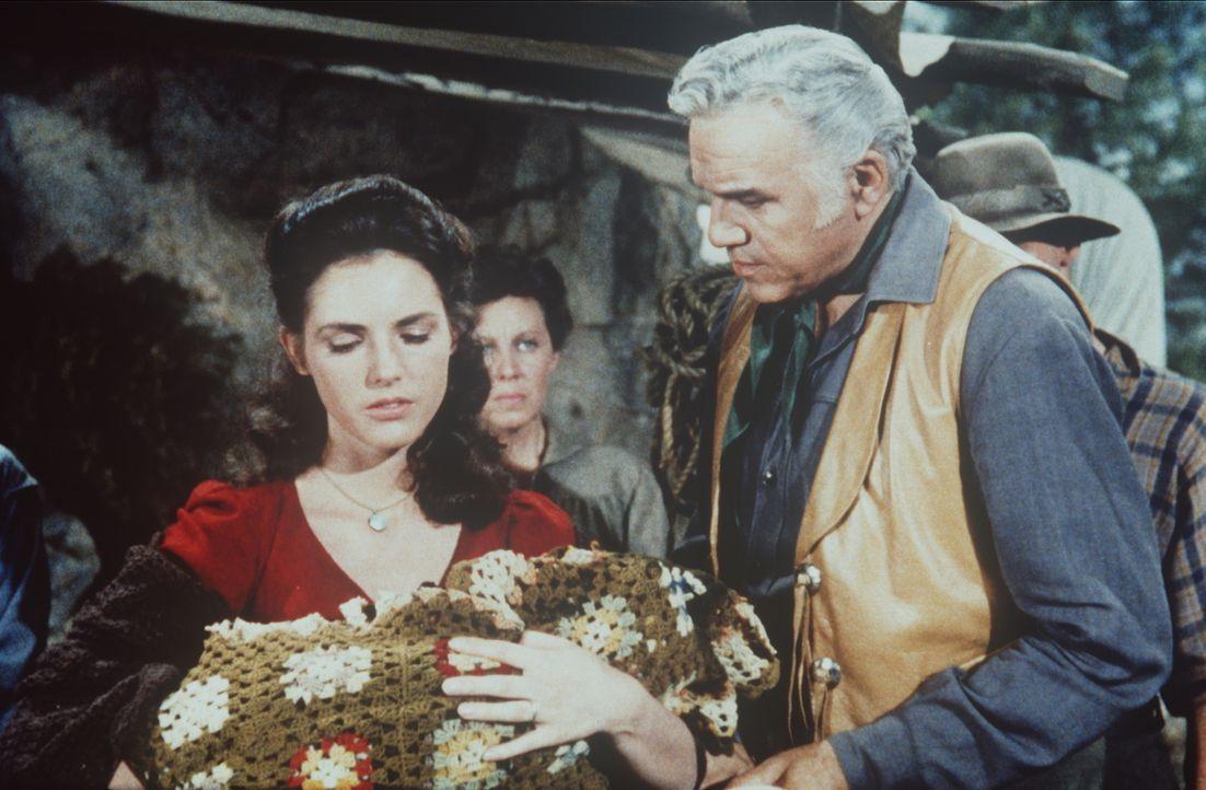 Ben Cartwright (Lorne Greene, r.) möchte der Siedlerin Lisette (Lisette Loze, l.), die gerade ein Kind bekommen hat, helfen ... - Bildquelle: Paramount Pictures