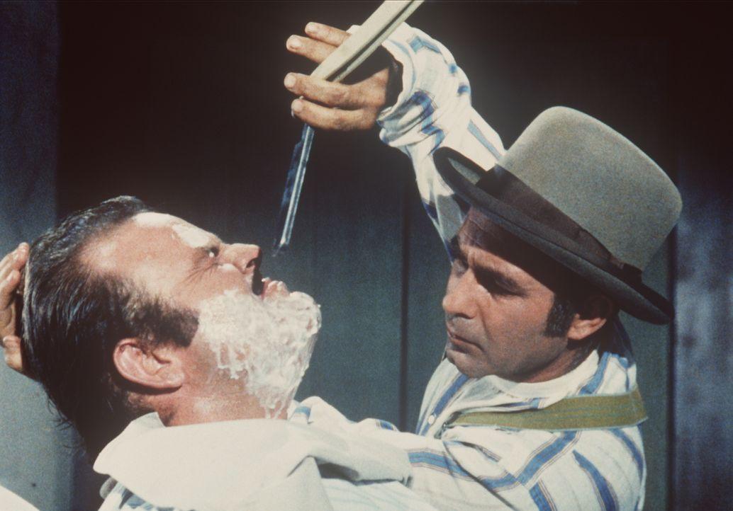 Jock (Eddie Firestone, r.) versucht sich bei Hoss Cartwright (Dan Blocker, l.) als Barbier. - Bildquelle: Paramount Pictures