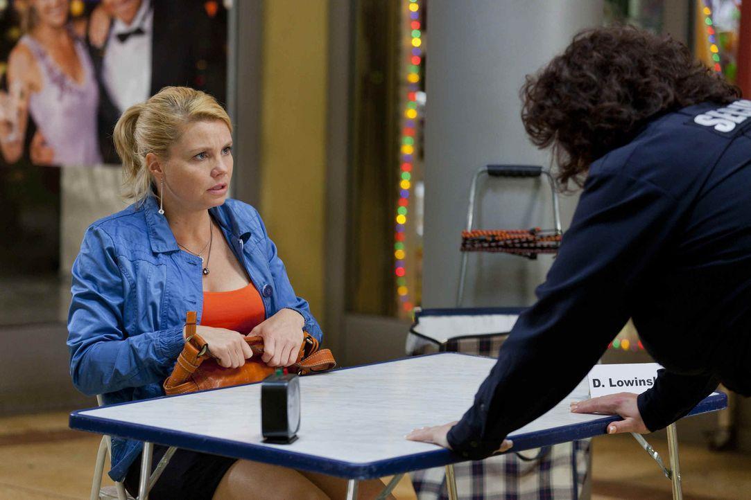 Während Danni (Annette Frier, l.) Interesse an Josh zeigt, hat die neue Security-Frau Svenja (Sabine Orléans, r.) ein Problem mit ihm, denn Josh fäh... - Bildquelle: Frank Dicks SAT.1