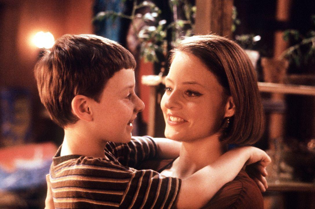 Fred (Adam Hann-Byrd, l.) und seine allein erziehende Mutter Dede (Jodie Foster, r.) sind endlich wieder glücklich vereint ... - Bildquelle: Orion Pictures Corporation