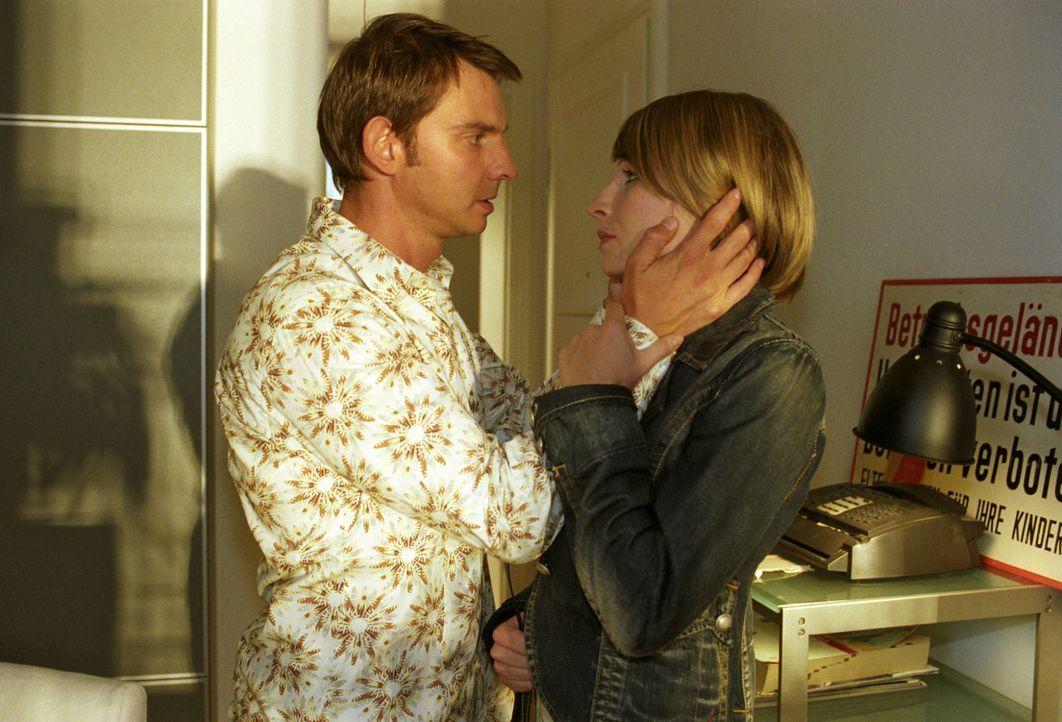 Tom (Steven Merting, l.) stellt Verena (Nadine Seiffert, r.) vor die Entscheidung: Entweder sie haben eine gemeinsame Zukunft oder sie trennen sich... - Bildquelle: Claudius Pflug Sat.1
