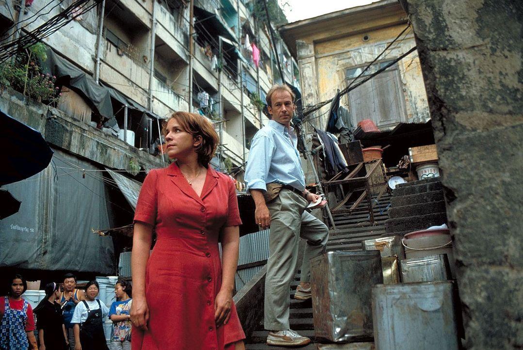 """"""" Wo ist Melanie? """": Sven Arnhold (Ulrich Noethen, r.) und Ehefrau Jana (Bettina Kupfer, l.) suchen verzweifelt nach ihrer spurlos in Bangkok versch... - Bildquelle: Manju Sawhney ProSieben"""