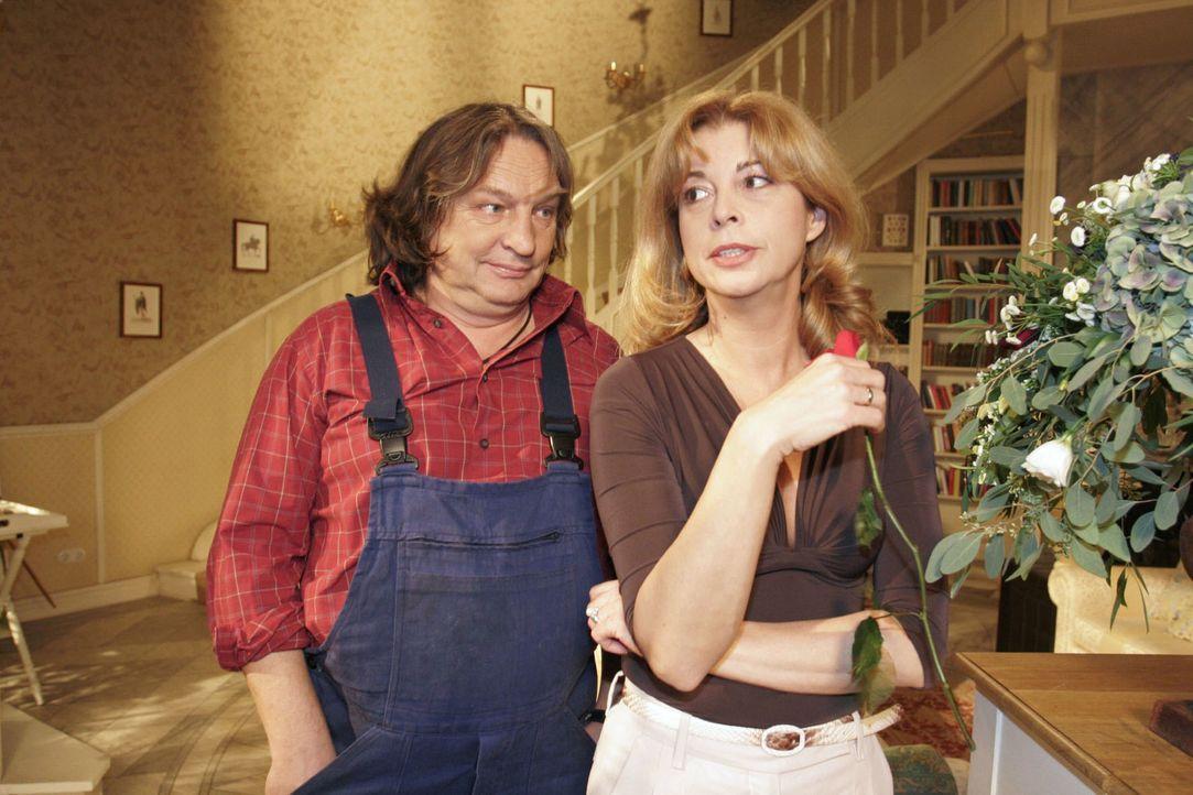 Bernd (Volker Herold, l.) bemerkt, dass Laura (Olivia Pascal, r.) schlechter Stimmung ist, und versucht sie ein bisschen aufzuheitern. - Bildquelle: Monika Schürle Sat.1