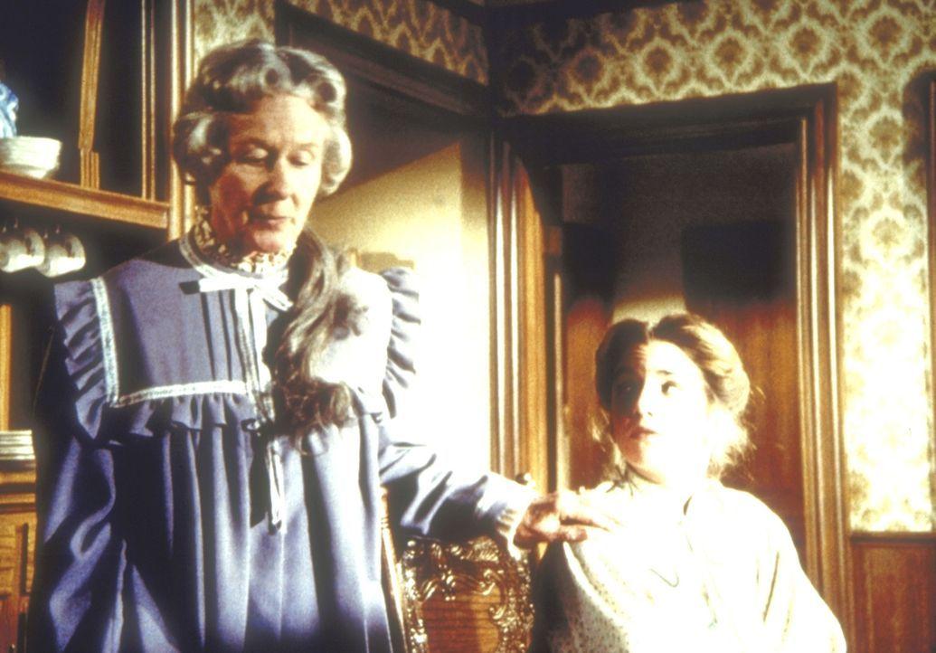 Die alleinstehende, alte Dame, Mrs. Flannery (Barbara Townsend, l.) teilt Laura Ingalls-Wilder (Melissa Gilbert, r.) mit, dass sie ihr großes Haus v... - Bildquelle: Worldvision