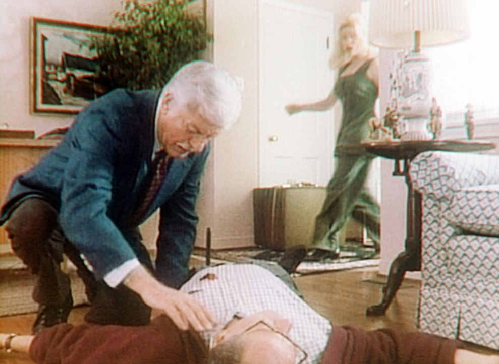 Nadine (Kelly Mullis, r.) sieht entsetzt, wie ein ihr Unbekannter - Dr. Sloan (Dick Van Dyke, l.) - sich über die Leiche ihres Chefs beugt. - Bildquelle: Viacom
