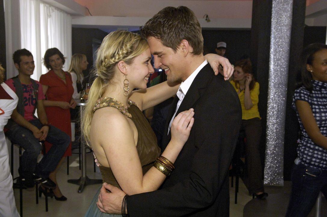 Lily (Jil Funke, l.) ist überglücklich, dass Lars (Alexander Klaws, r.) ihr so eine tolle Verlobungsfeier schenkt. - Bildquelle: Claudius Pflug Sat.1