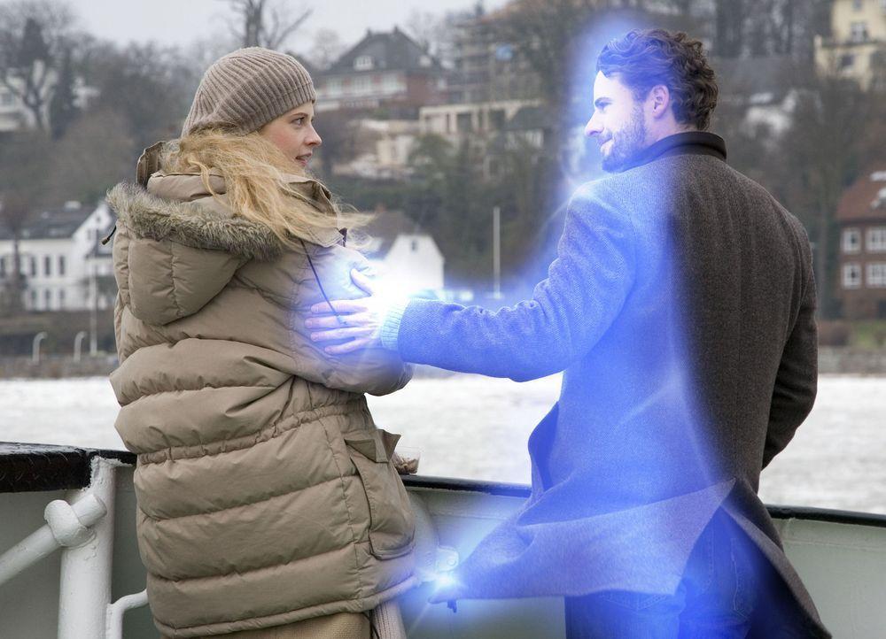 Zunächst will Jana (Diana Amft, l.) nicht wahrhaben, dass sie tiefe Gefühle für einen Geist entwickelt hat. Deshalb stößt sie Tom (Stephan Luca, r.)... - Bildquelle: Dirk Dunkelberg Sat.1