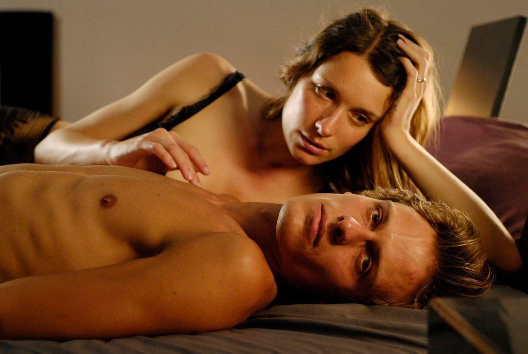 Zwischen Isabell (Kathrin Kühnel, l.) und Alexander (Matthias Walter, r.) klappt es auch im Bett nicht mehr. Er ist zerfressen von Neid auf ihren be... - Bildquelle: Marco Nagel ProSieben