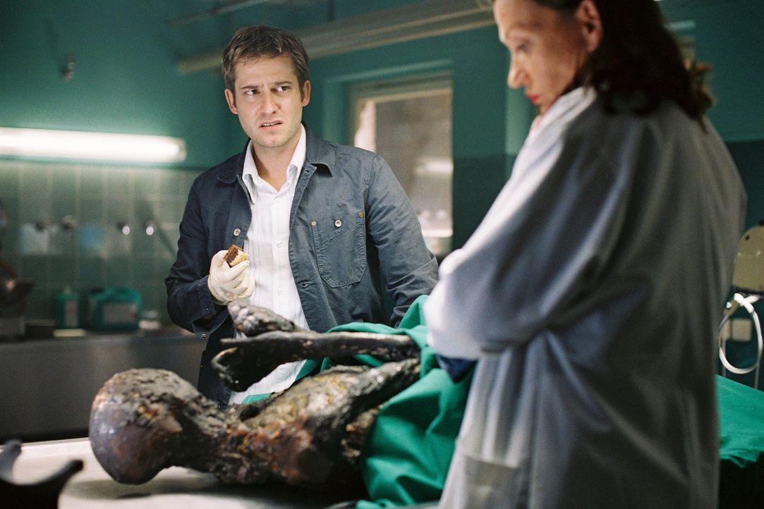 Die Exhumierung der damals als Petra Wörnle identifizierten Leiche soll Aufklärung schaffen: Wer ist die Tote, die damals bei dem Brand ums Leben ka... - Bildquelle: Tom Trambow Sat.1