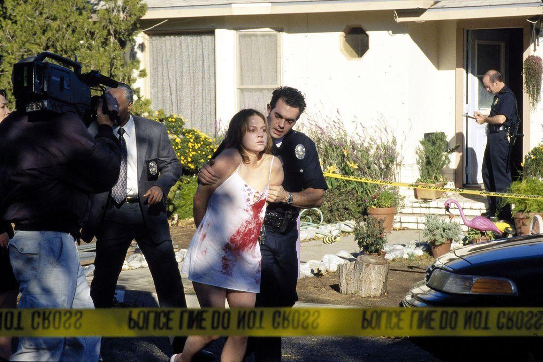 Die junge Mutter Stefanie (Maria Simon, M.) wird blutverschmiert abgeführt. Alle Indizien sprechen dafür, dass sie ihren kleinen Sohn erschossen hat... - Bildquelle: Oliver Rossberg Sat.1