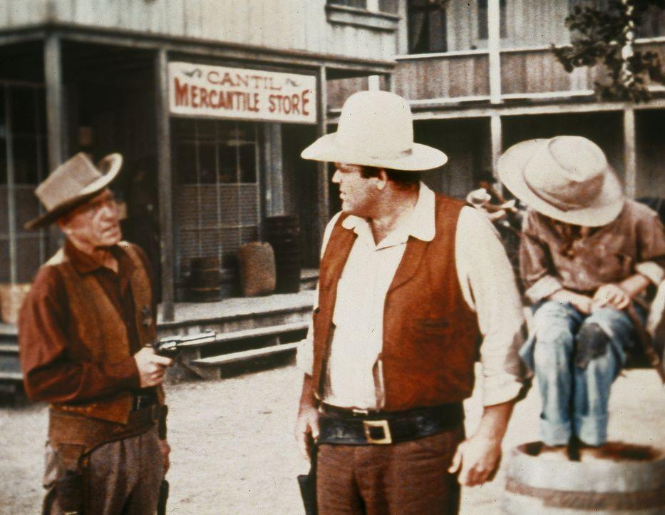 Eine traurige Pflicht für Hoss (Dan Blocker, M.): Er muss den Vater zweier Mädchen, der auf seiner Farm erschossen wurde, beerdigen. Doch noch mehr... - Bildquelle: Paramount Pictures
