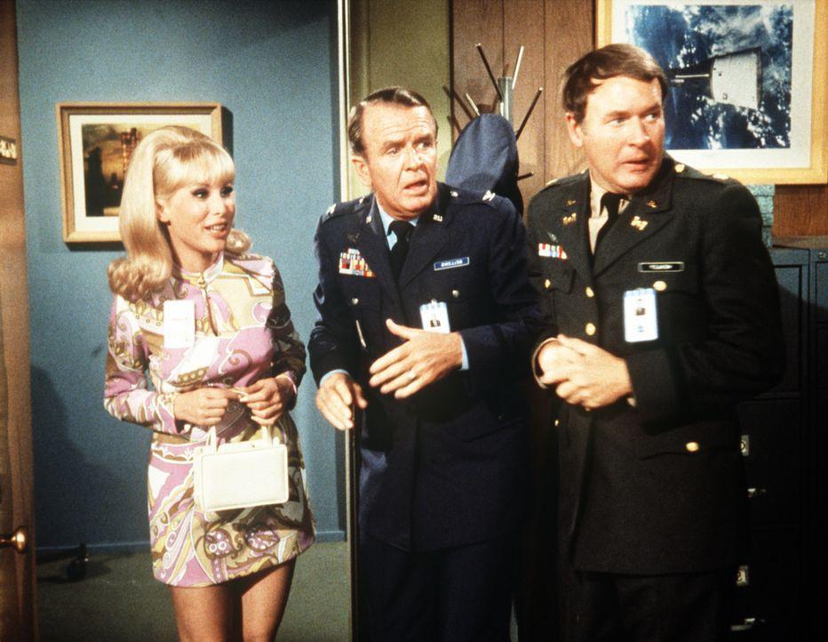 Dr. Bellows (Hayden Rorke, M.) und Roger (Bill Daily, r.) können über die verblüffende Wirkung von Jeannies (Barbara Eden, l.) Schönheitscreme nur s... - Bildquelle: Columbia Pictures