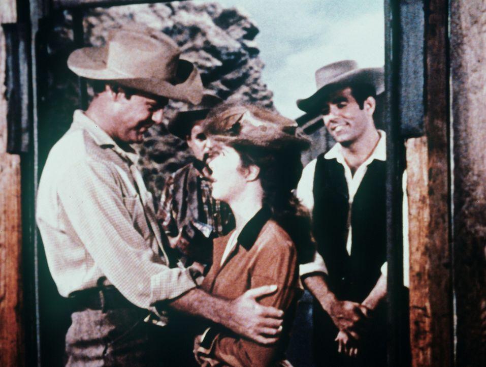 Sehr zur Sorge seiner Verlobten Helen (Mala Powers, M.) will der Ingenieur Gil mit Adam Cartwright (Pernell Roberts, r.) in die unsichere Silbermine... - Bildquelle: Paramount Pictures