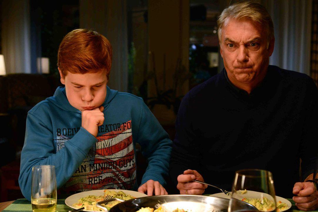 Wo ist Butch? Essen Brian (Leon Seidel, l.) und Michael (Christoph M. Ohrt, r.) gerade ihren eigen Hund auf? - Bildquelle: Christiane Pausch SAT.1 / Christiane Pausch