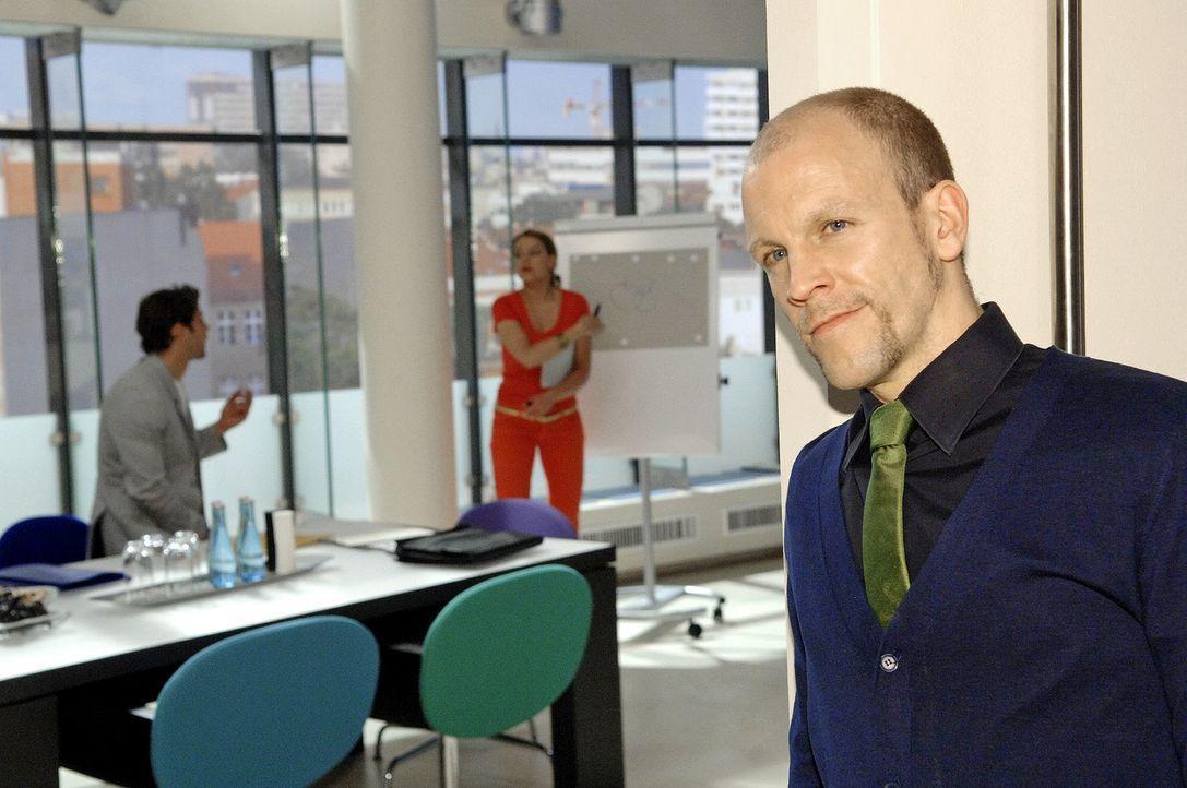 Gerrit (Lars Löllmann, r.) beobachtet zufrieden, wie sich Katja (Karolina Lodyga, M.) dank seiner lancierten Texte vor Jonas (Roy Peter Link, l.) bl... - Bildquelle: Claudius Pflug Sat.1