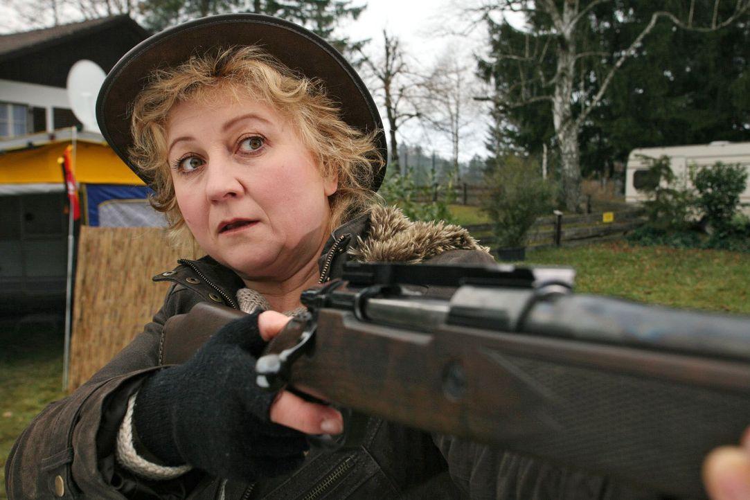 Sabine Mautner (Claudia Wipplinger) übt sich im Schießen - auf Gartenzwerge ... - Bildquelle: Petro Domenigg Sat.1