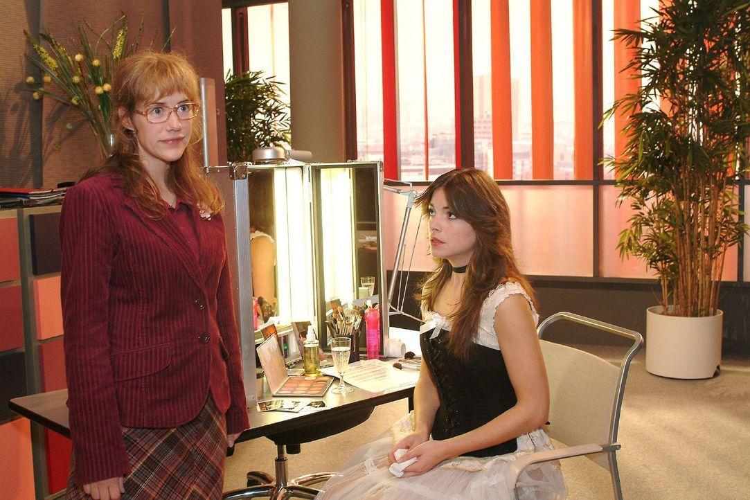 Lisa (Alexandra Neldel, l.) kann nicht fassen, dass Mariella (Bianca Hein, r.) ihr gesteht, dass sie ein Verhältnis mit Lars hat. (Dieses Foto von A... - Bildquelle: Monika Schürle Sat.1