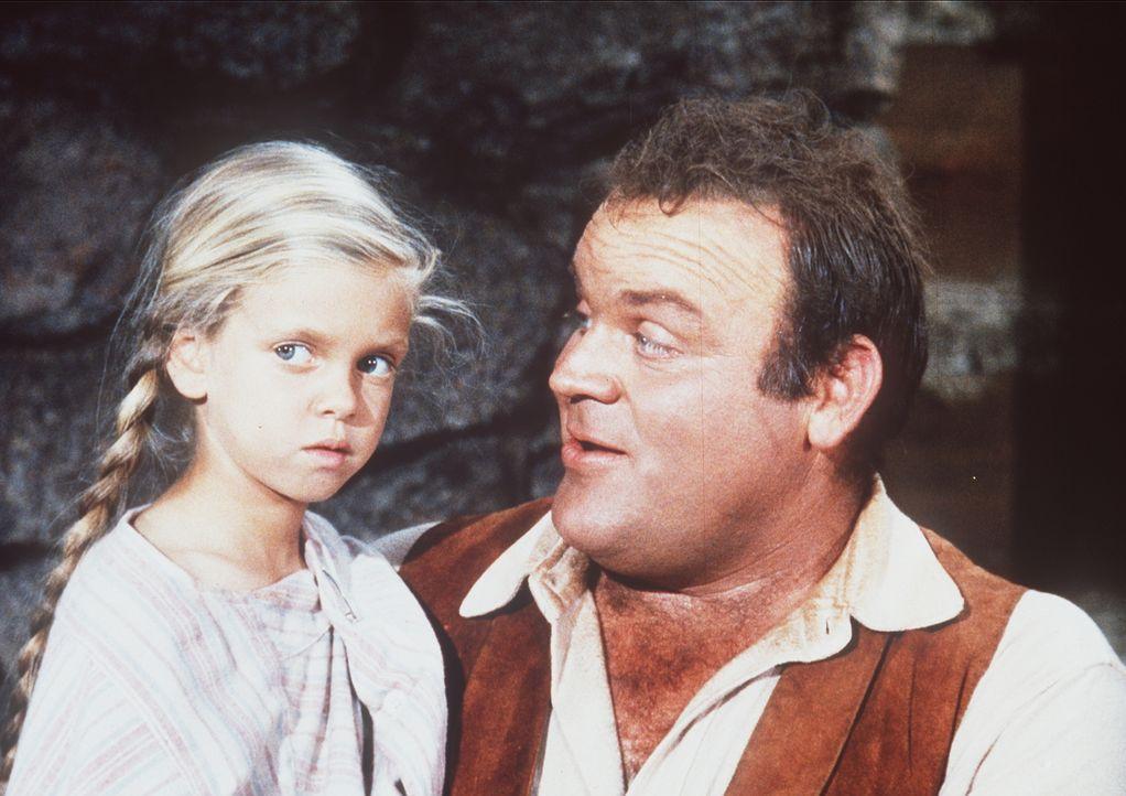 Die kleine Lisa (Eileen Baral, l.) ist äußerst verstört und spricht kein Wort. Nur langsam fasst sie zu Hoss (Dan Blocker, r.) Vertrauen ... - Bildquelle: Paramount Pictures