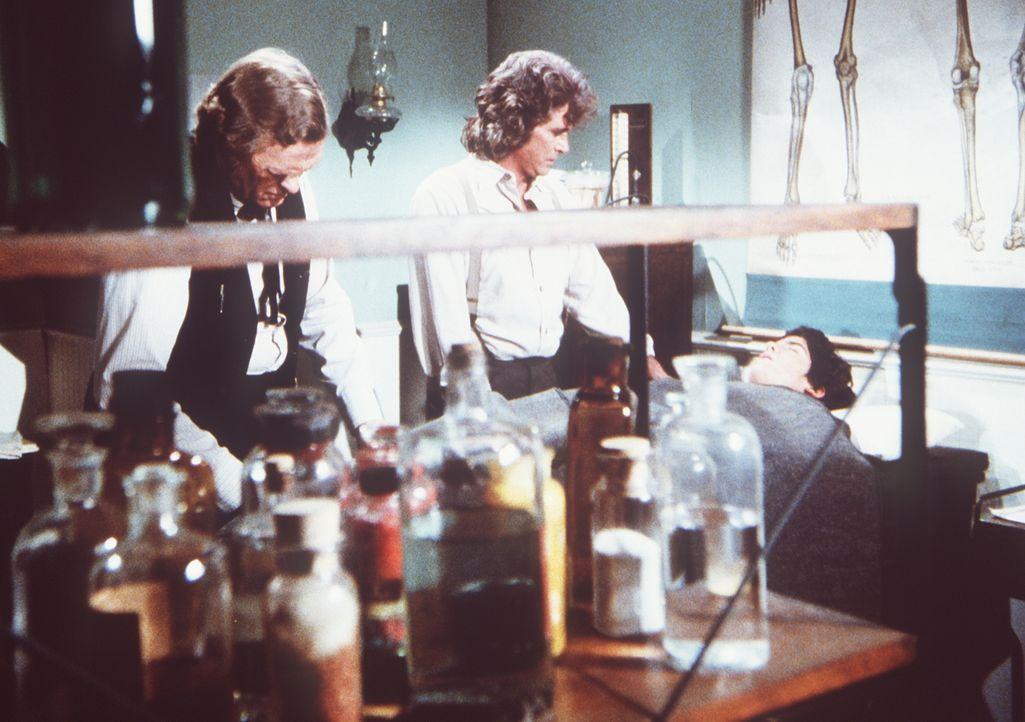 Charles (Michael Landon, M.) erfährt von Dr. Baker (Kevin Hagen, l.), dass sein Sohn Albert (Matthew Laborteaux, r.) bei einem Unfall einen komplizi... - Bildquelle: Worldvision