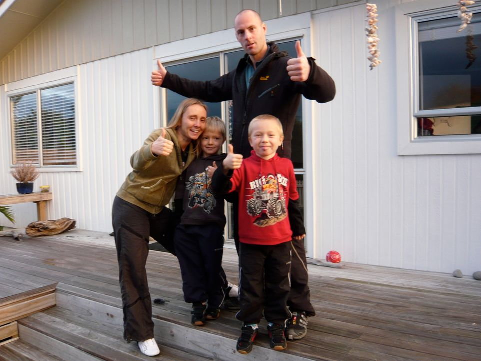 Annett Hauck (32) ist mit ihrem Lebensgefährten Frank Babic (31) und ihren beiden Kindern Linus (6) und Tim (4) im Oktober letzten Jahres nach Papar... - Bildquelle: kabel eins