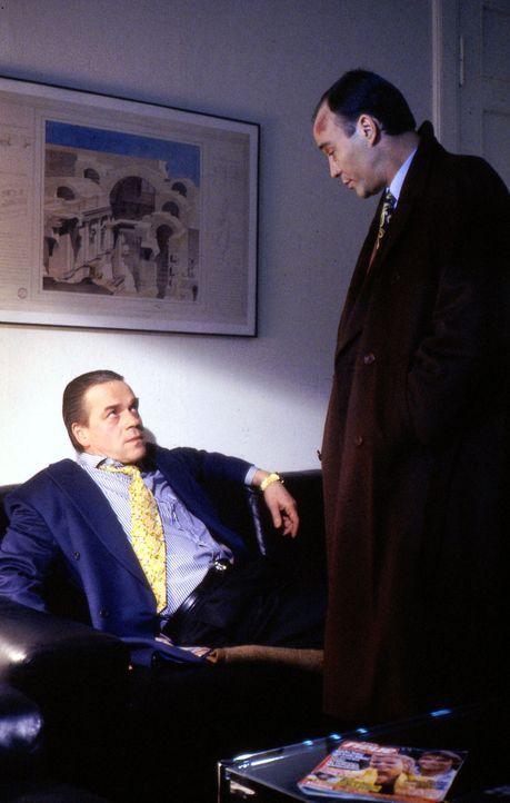 Um einen Drogenring auffliegen zu lassen, schlüpft Kommissar Wolff (Jürgen Heinrich, l.) in die Rolle eines korrupten Polizisten. Ungaro (Heiner Lau... - Bildquelle: Alfred Raschke Sat.1