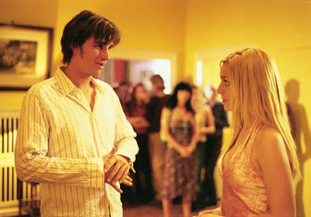 Als Thomas (Max von Thun, l.) von Denise (Julia Dietze, r.) zu ihrer Geburtstagsparty eingeladen wird, hofft er, seiner Traumfrau endlich näher komm... - Bildquelle: Lucia Fuster ProSieben