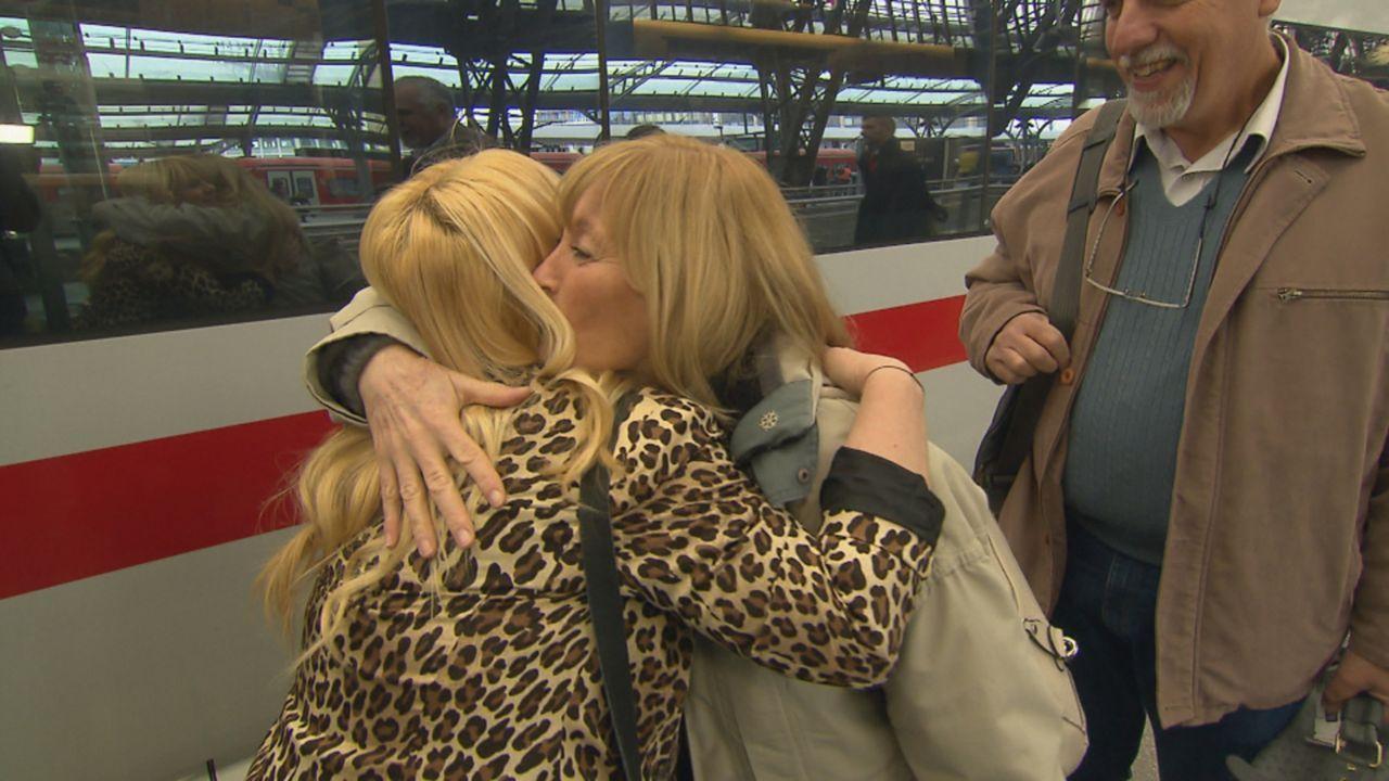 Claudia (M.) aus Argentinien sucht ihre frühere Gastmutter Christel aus Cuxhaven. Julia (l.) hilft ihr dabei. - Bildquelle: SAT.1