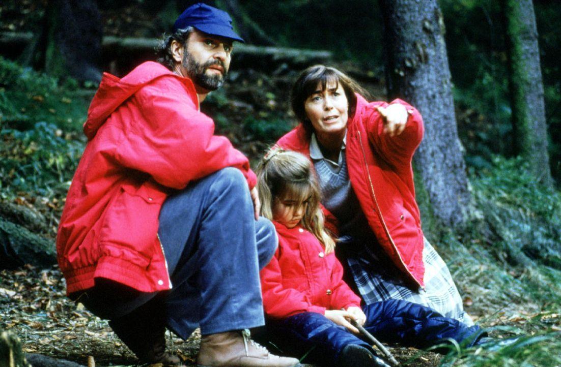 Vera Färber (Thekla Carola Wied, r.) und ihr Mann Jürgen (Peter Sattmann, l.) sind verzweifelt auf der Suche nach ihrem Sohn Mischa. Während eines A... - Bildquelle: Conny Klein Sat.1