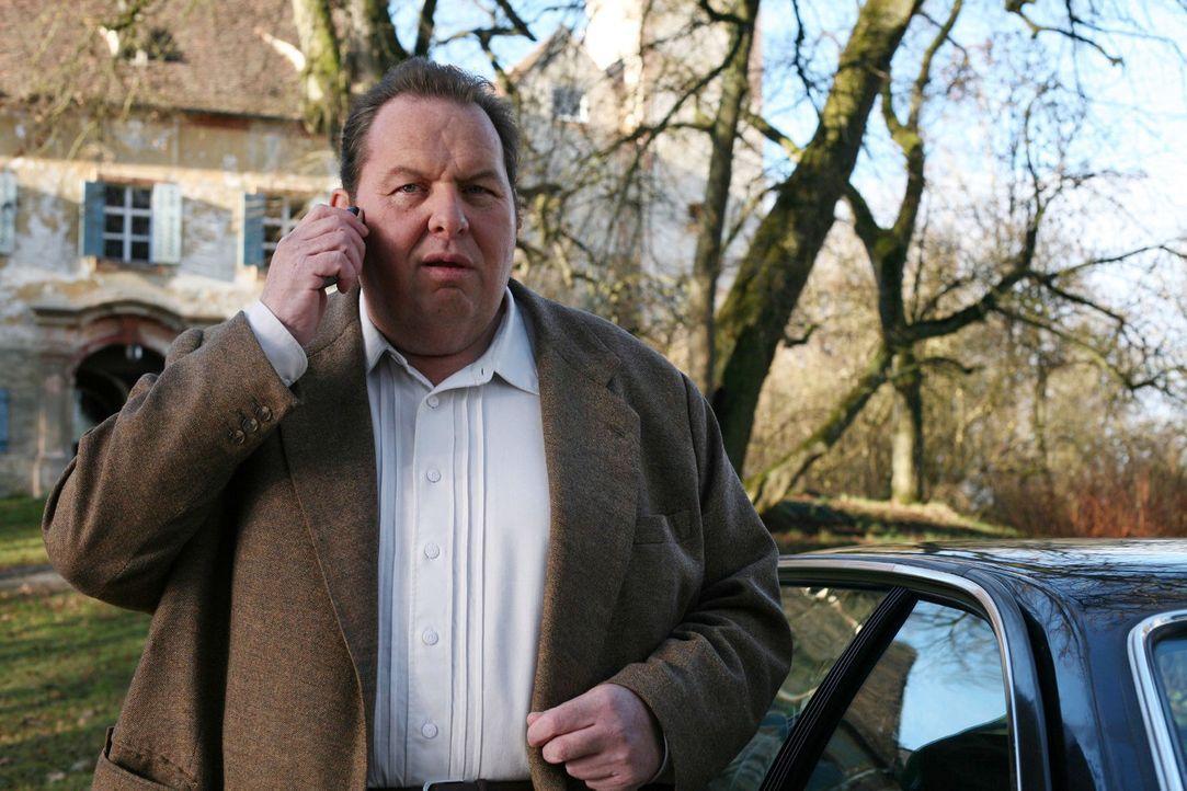 Benno (Ottfried Fischer) wird von seiner Mutter telefonisch um Hilfe gebeten. Prälat Hinter steht vor ihrer Tür, um eine Spende für die Kirche einzu... - Bildquelle: Petro Domenigg Sat.1