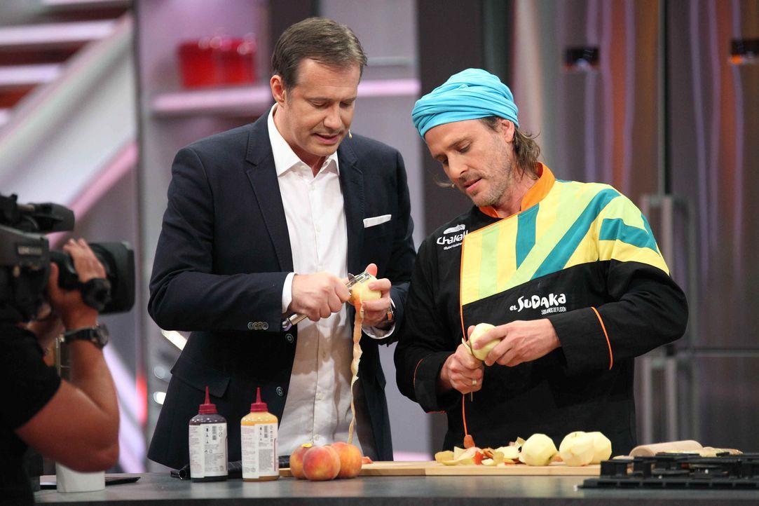Beim Kampf der Köche heißt Moderator Alexander Herrmann (l.) unter anderem den argentinischen Koch Chakall (r.) willkommen und lässt ihn gegen einen... - Bildquelle: Frank Hempel SAT.1