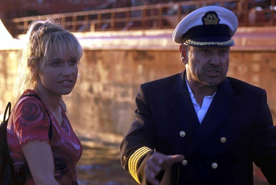 """Kaum an Bord lernt """"Kapitän Harris"""" (Klaus Löwitsch, r.) die neue Bordköchin Suzanne (Anica Dobra, l.) kennen und schätzen. Doch ihre wirkliche Bega... - Bildquelle: Pfeiffer ProSieben"""