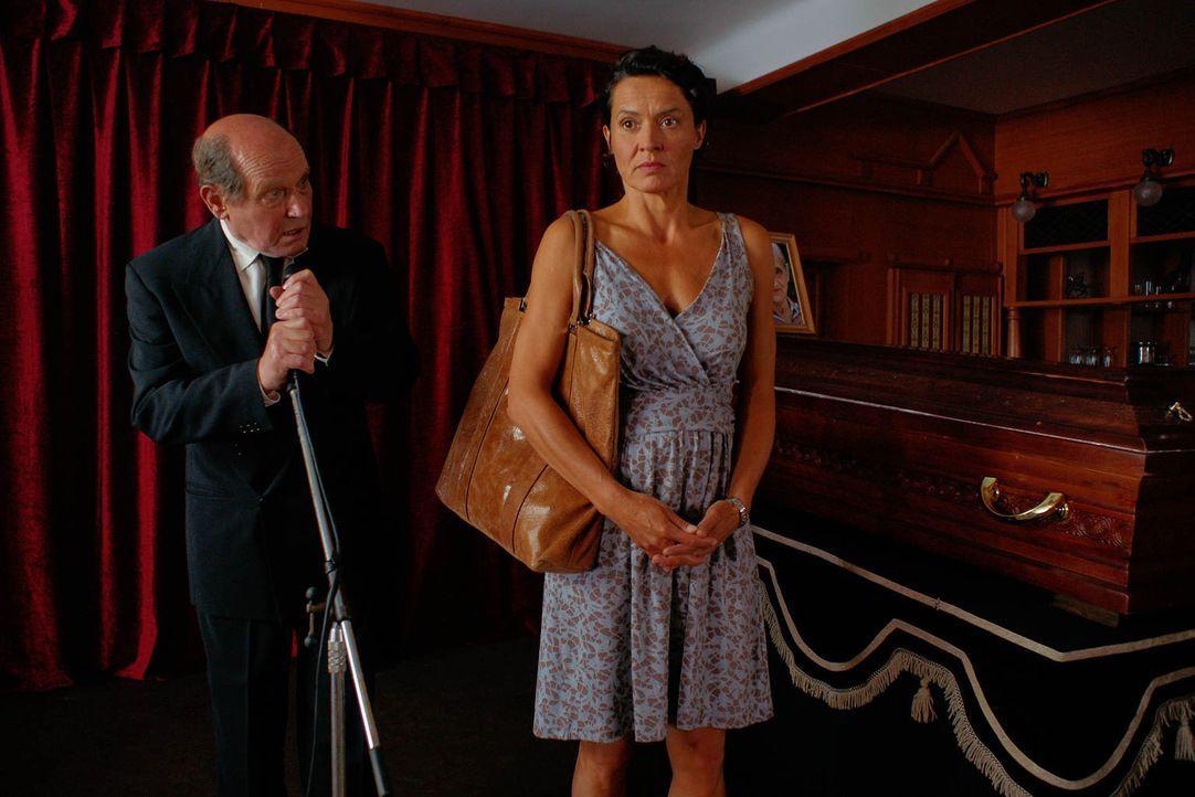 Während Hermann (Jürgen Schornagel, l.) die letzten Worte für Felix' verstorbene Oma spricht, platzt plötzlich Silke (Ulrike Folkerts, r.) auf der S... - Bildquelle: Gabor Klinsky Sat.1