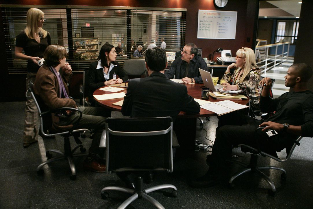Arbeiten an einem neuen Fall: (v.l.n.r.) JJ (AJ Cook), Reid (Matthew Gray Gubler), Emily Prentiss (Paget Brewster), Hotch (Thomas Gibson), Gideon (M... - Bildquelle: Cliff Lipson 2006 Touchstone Television. All rights reserved. NO ARCHIVE. NO RESALE. / Cliff Lipson