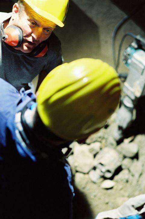 Bauarbeiter graben an einem Haus am Waldrand einen grausigen Fund aus: Einen skelettierten menschlichen Schädel ... - Bildquelle: Tom Trambow Sat.1