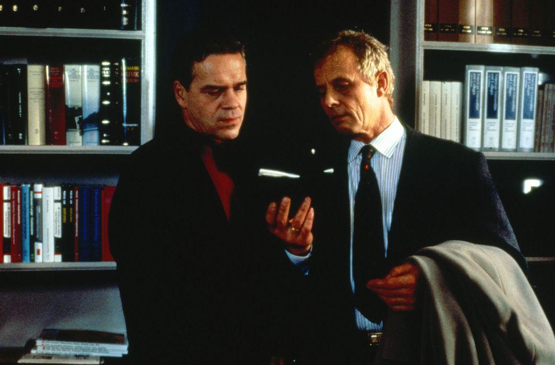 Taschnitz (Walter Kreye, r.), der Chef des Rauschgiftdezernats, hat eine Morddrohung bekommen und bittet Hauptkommissar Wolff (Jürgen Heinrich, l.)... - Bildquelle: Alfred Raschke Sat.1