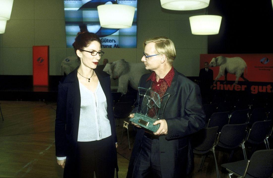 Die ehrgeizige Marketingchefin Frau Drescher (Bettina Hauenschild, l.) und der Sicherheitschef der Versicherung, Kowalski (Horst Krause, r.), wollen... - Bildquelle: Leslie Haslam ProSieben