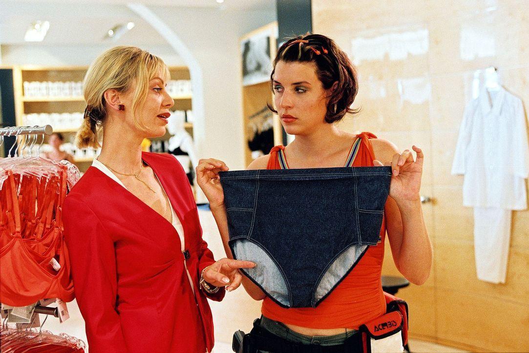 Nina (Elena Uhlig, r.) ist überzeugt, dass sie schwanger ist. Die unter Tatverdacht stehende Verkäuferin Maria Johnson (Inka Calvi, l.) rät ihr j... - Bildquelle: Christian A. Rieger Sat.1