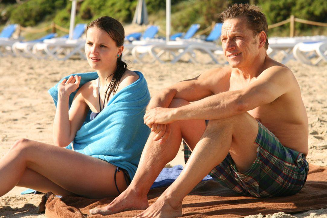 So hatten sich Thilo (Richy Müller, r.) und seine Tochter Sophie (Joanna Ferkic, l.) ihren Urlaub auf Teneriffa nicht vorgestellt: Statt entspannt a... - Bildquelle: Volker Roloff SAT.1