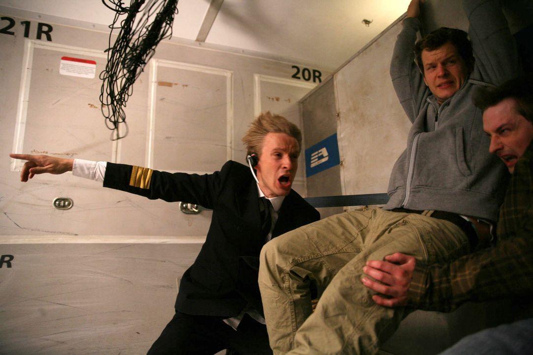 Co-Pilot Niclas Sedlaczek (Max von Pufendorf, l.) und einige Passagiere versuchen verzweifelt, die Katastrophe abzuwenden ... - Bildquelle: Volker Roloff ProSieben