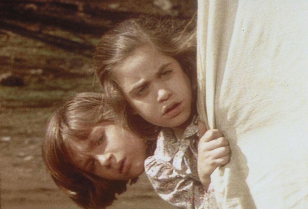 Verstohlen blicken James (Jason Bateman, l.) und Cassandra (Missy Francis, r.) aus dem Wagenverschlag, um das Gespräch zwischen Charles und ihrem On... - Bildquelle: Worldvision