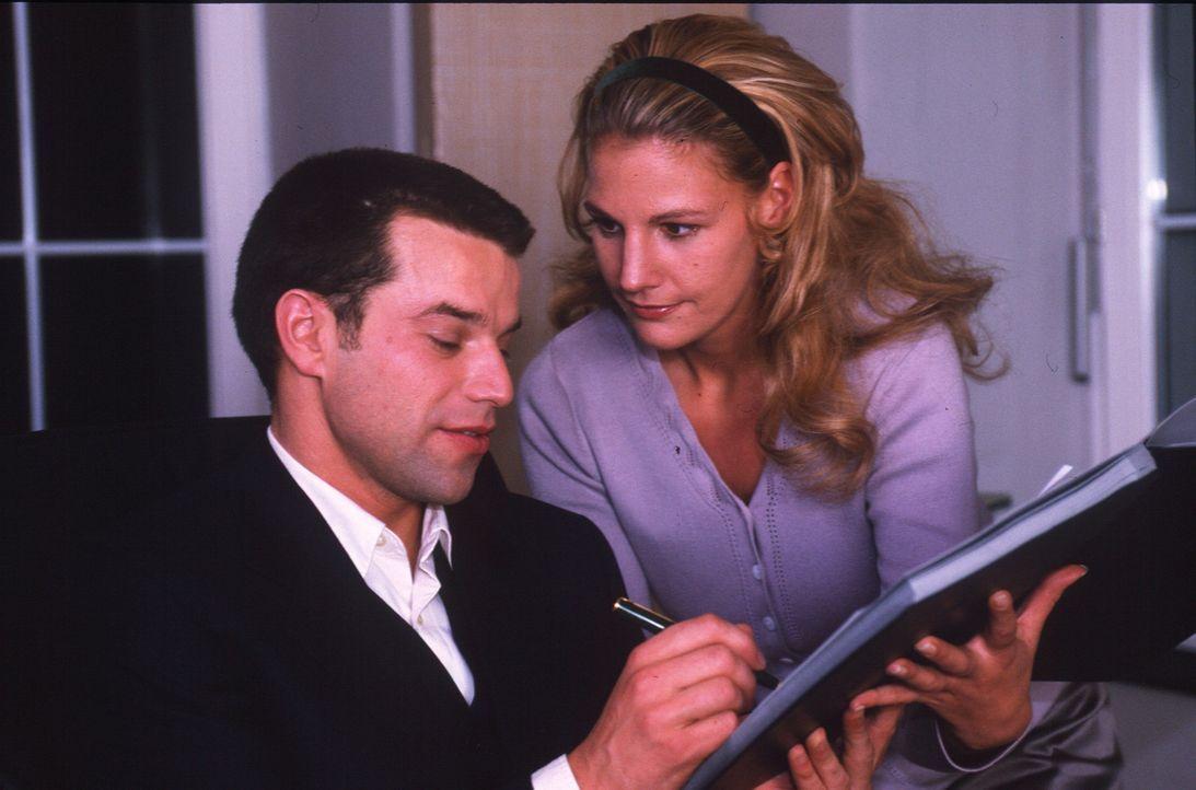 Die Sekretärin Anna Siebert (Sophie Schütt, r.) arbeitet für ihren Chef Christian (Johannes Brandrup, l.) mit ganzer Hingabe. Doch leider bemerkt Ch... - Bildquelle: Hans-Joachim Pfeiffer Sat.1