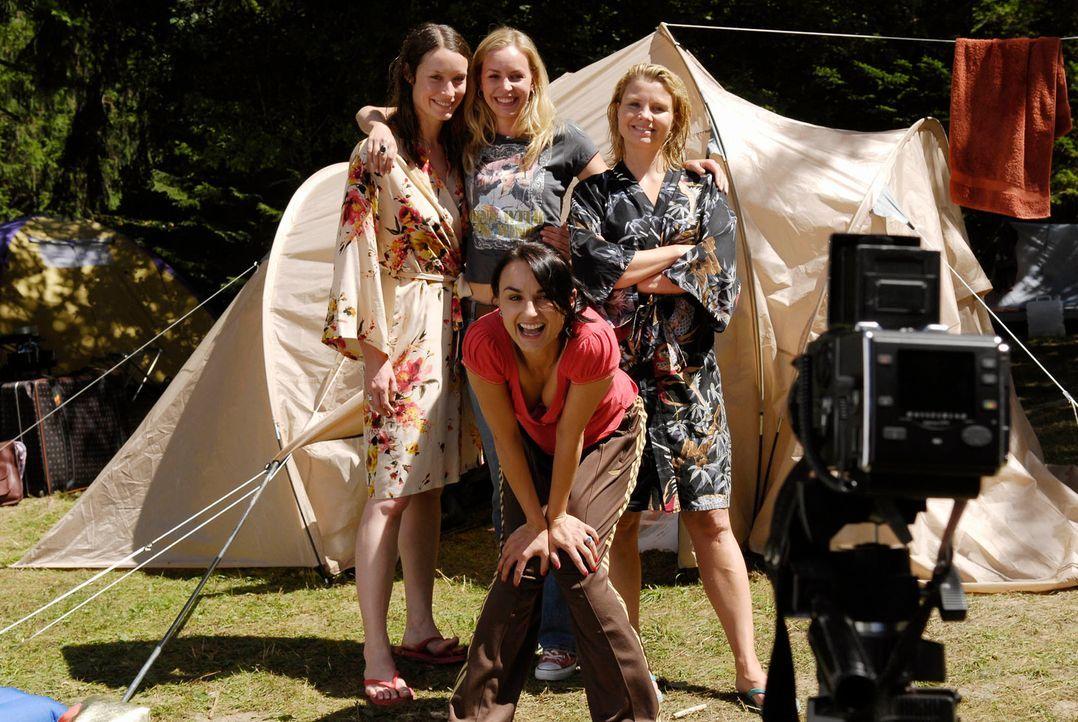 Statt in einem exklusiven Wellness-Hotel, landen die Freundinnen auf einem einfachen Campingplatz - und sind gefrustet: (v.l.n.r.) Isabell (Kathrin... - Bildquelle: Marco Nagel ProSieben