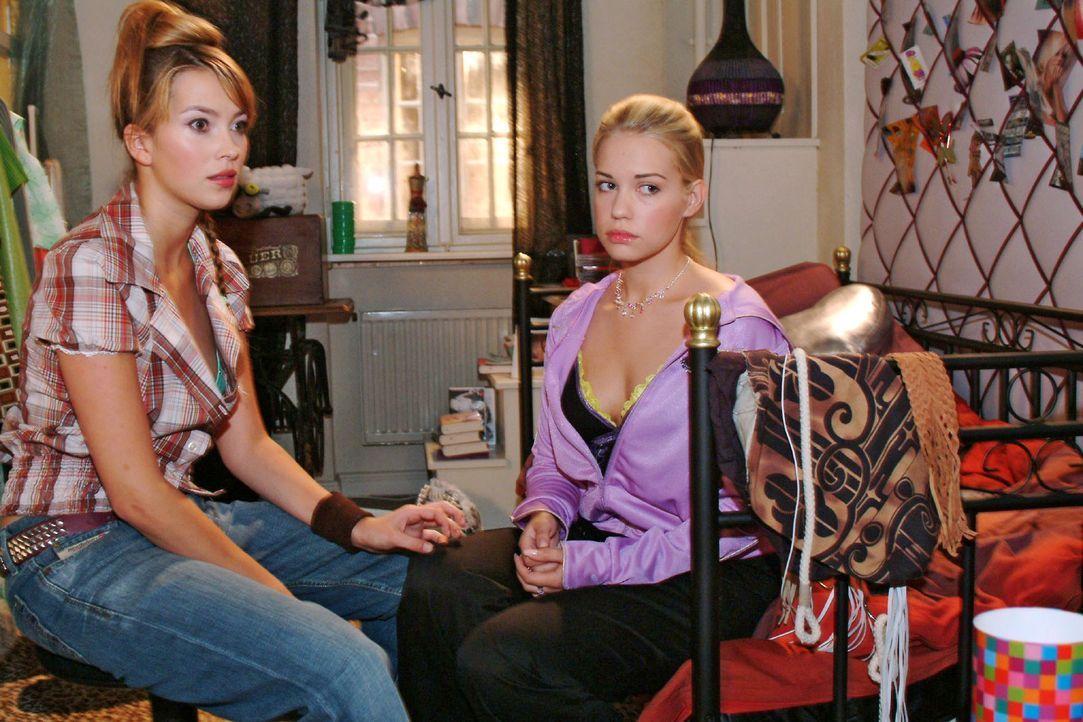 Gefühlschaos: Hannah (Laura Osswald, l.) und Kim (Lara-Isabelle Rentinck, r.) sprechen sich aus. - Bildquelle: Monika Schürle Sat.1