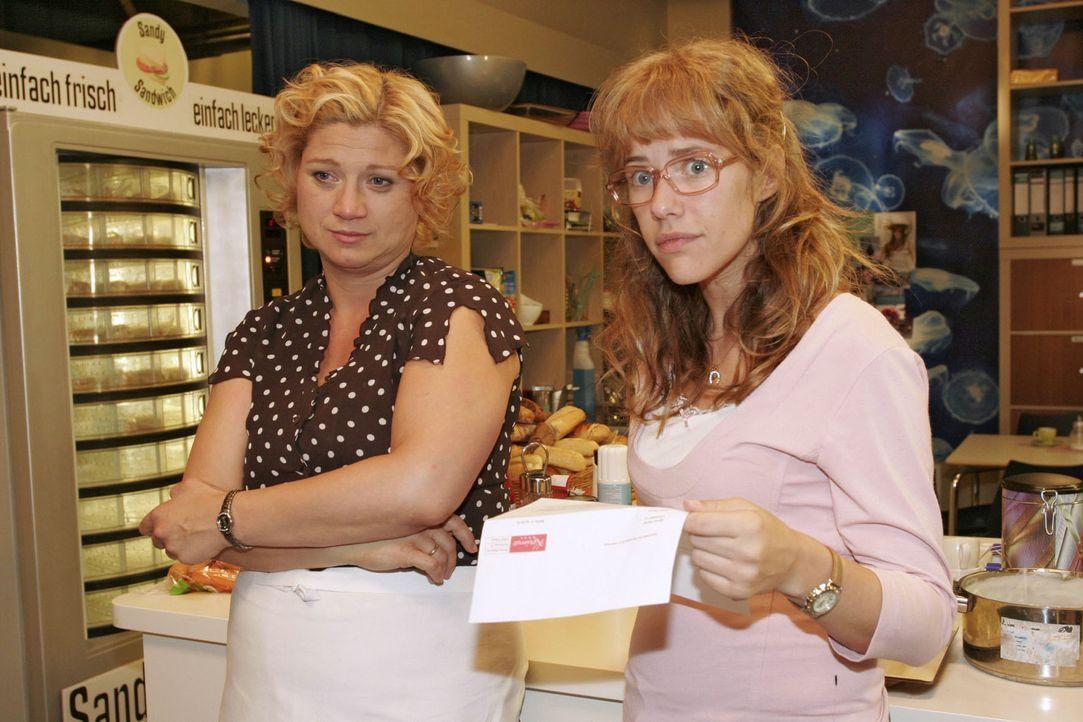 Als Lisa (Alexandra Neldel, r.) Agnes' (Susanne Szell, l.) Entlassungsbrief liest, steigt in ihr die Wut auf Richard auf. (Dieses Foto von Alexandra... - Bildquelle: Monika Schürle Sat.1