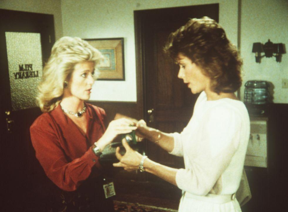 Francine (Martha Smith, l.) und Amanda (Kate Jackson) teilen sich die schwere Aufgabe, alle weiblichen Bekannten von einer Gefahr zu verständigen, i...