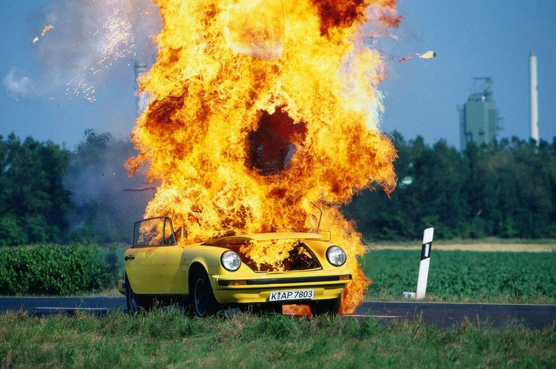 Schon wieder ein Brandanschlag auf einen Sportwagen. Wer steckt dahinter? - Bildquelle: Michael Boehme Sat.1
