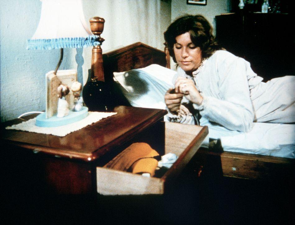 Verzweifelt greift Mary Ellen (Judy Norton-Taylor) zu Medikamenten, um etwas Schlaf zu finden. Doch die Aufputschmittel, die sie tagelang genommen h... - Bildquelle: WARNER BROS. INTERNATIONAL TELEVISION
