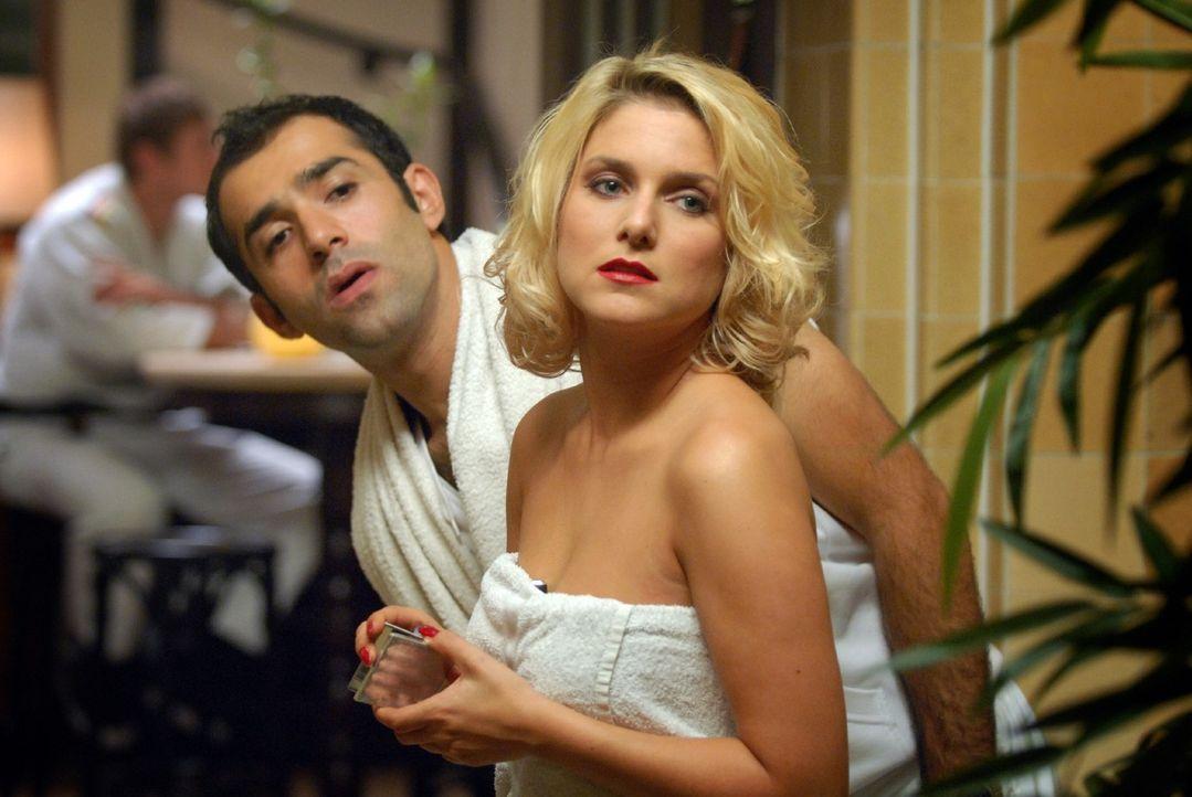 Um Markus der Untreue zu überführen, passen ihn Franziska (Jeanette Biedermann, r.) und Alfonso (David Hamade, l.) in der Sauna ab. - Bildquelle: Martin Kurtenbach Sat.1