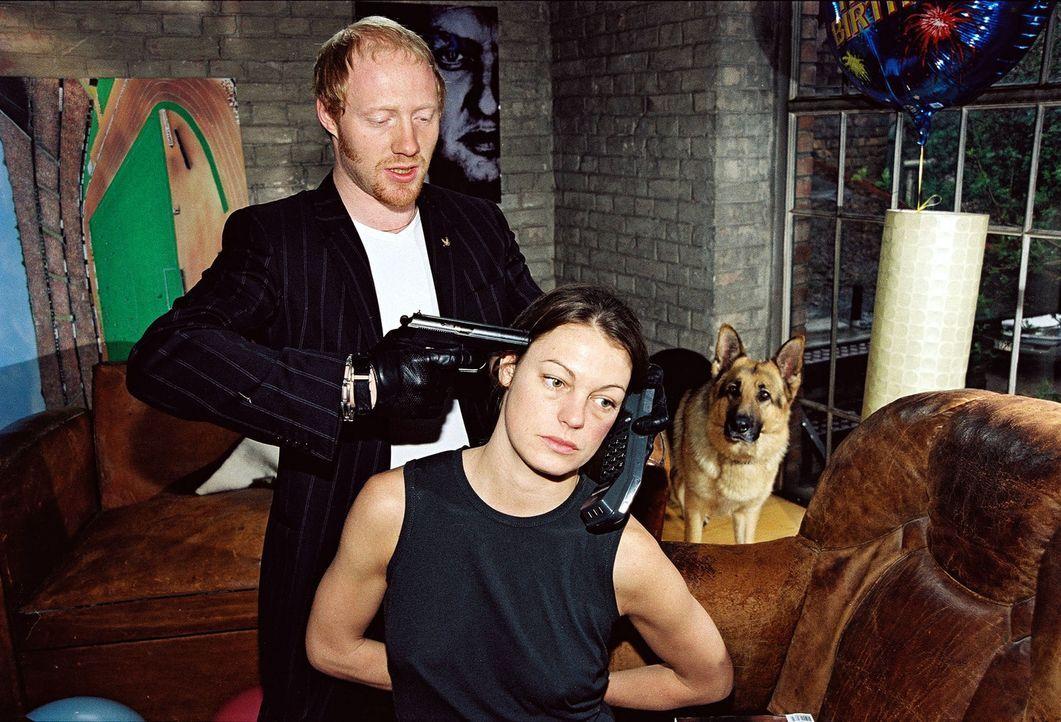 Niki (Elke Winkens, r.) wird von Kurt Sedlacek (Simon Schwarz, l.) gekidnappt ... - Bildquelle: Ali Schafler Sat.1