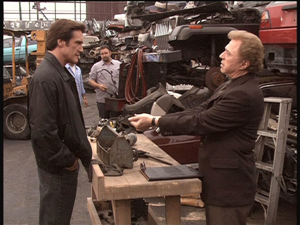 Steve (Barry Van Dyke, l.) befragt Mike (Steve Lawrence, r.), einen bekannten Sprengstoffexperten, zu dem Bombenanschlag auf den Modekönig. - Bildquelle: Viacom